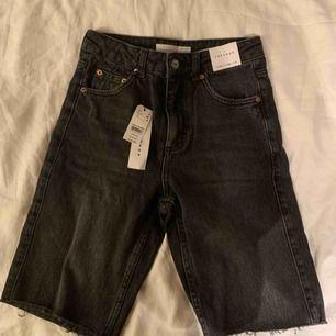 Jättesnygga jeansshorts i längre modell. Storlek S men sitter mer som XS. Köpta för 65 dollar vilket är lite drygt 600kr och säljs för 300kr + 50kr frakt. Aldrig använda och alla lappar kvar!