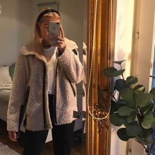 Jätteskön jacka från Zara. Storlek L men passar mig då jag gillar att ha den oversize. Funkar både på hösten men även på vintern med en tjockare tröja under🥰