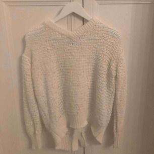 Stickad Dagmar tröja som är öppen i ryggen. Lite oversized i modellen. Används väldigt få gånger. Storlek XS. Frakt ingår.