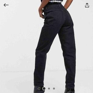 Ett par super snygga svarta mom jeans ifrån Bershka. Tyvärr för stora för mig och därför aldrig använda. Köparen står för frakten:)