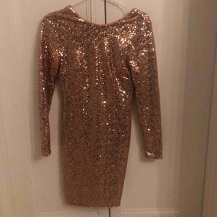 Paljettklänning i roséguld från H&m. Ganska kort, tajt och öppen rygg. Storlek XS