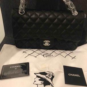 Helt ny Chanel Aaaa kopia ,mått:26*16cm. Jätte bra kvalitet. Om du är intresserad så kan jag skicka fler bild/video på väskan. Köparen står för frakten.