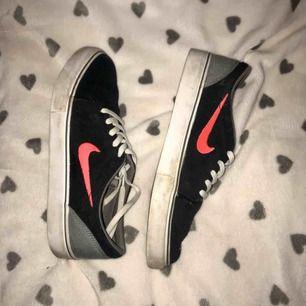 Sneakers ifrån Nike SB, köpta ifrån junkyard.se (639kr) Använda ett par gånger men inga slitningar eller så, lite skitiga på den vita sulan men annars i toppskick.  Frakten är inräknad i priset