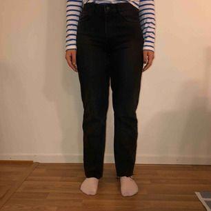 Jättefina carin Wester jeans i en gråsvart färg. Köpte dom för ca 500kr och klippt av dom där nere är 158 och byxorna sitter lite långt på mig även när jag klippt dom.   Har använt byxorna fåtals gånger och frakten ligger på 79kr
