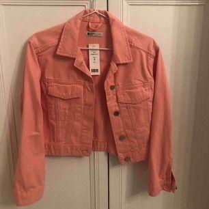 Rosa/peach färgad jeansjacka från Gina tricot. Aldrig använd men lapparna kvar. Fin färg och passform. Frakt ingår