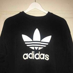 Adidas sweatshirt i storlek S. I bra skick och i väldigt skönt material