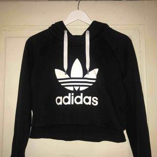 Croppad hoodie från Adidas. I väldigt bra skick och i skönt material.