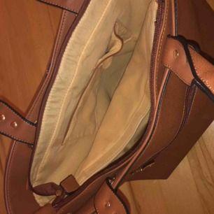 En Michael Kors väska som är fake, men ser ingen skillnad mellan denna och en äkta. Använder inte handväskor längre så det är därför den säljs. Supergott skick. Kontakta gärna mig för bilder eller frågor 😊