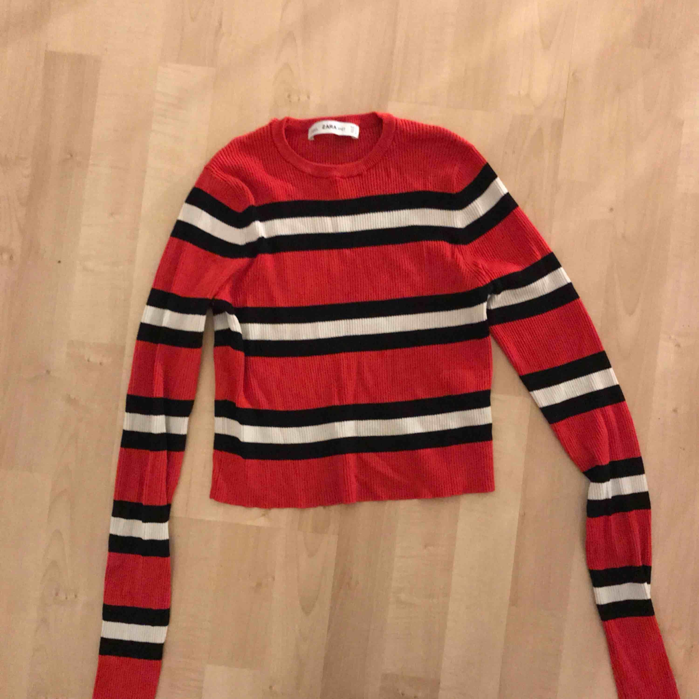 Snygg långärmad tröja från zara, skriv om frågor. Väldigt stretchigt material så passar nog XS, S, M och möjligtvis L   . Toppar.