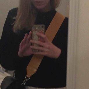 Gult väskband från Carin Wester , super smidigt o byta mellan väskor, perfa till hösten!! Sparsamt användt, så nyskick✨✨