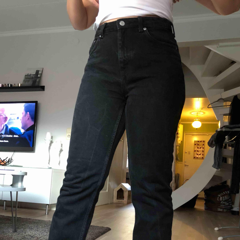Svarta jeans från Weekday i modellen voyage. De är endast använda 2-3 gånger och storleken är 30x30. Sitter riktigt snyggt på!! Köparen står för frakten men jag möts också gärna upp. Jeans & Byxor.