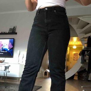 Svarta jeans från Weekday i modellen voyage. De är endast använda 2-3 gånger och storleken är 30x30. Sitter riktigt snyggt på!! Köparen står för frakten men jag möts också gärna upp