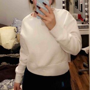 Vit, varm tröja från Zara. Aldrig använd. Fräsch vit färg!