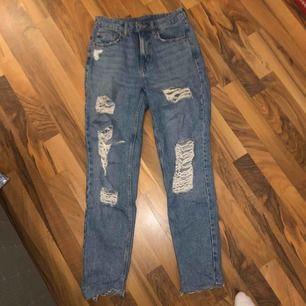 Slitna jeans från H&M. Tajt passform från knäna och neråt.