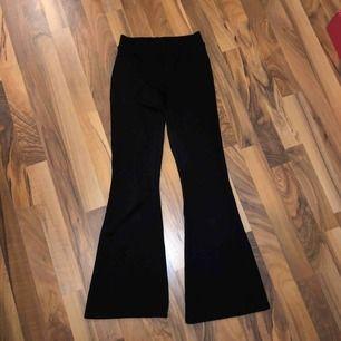 Svarta mjukis bootcutbyxor från Gina tricot. Storlek XXS i kort modell. Felköp från min sida. Aldrig använda men hur snygga som helst med bra passform till rätt storlek!