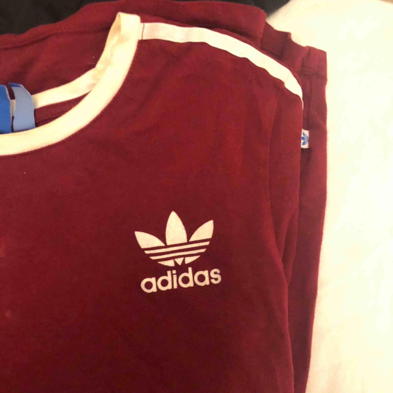 Cool tisha från adidas köpt i usa för 400 kr förra året. Fett snyggt med mörkrött till hösten ju, hör av dig🍒🍁. T-shirts.