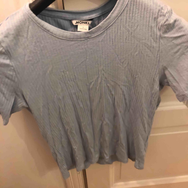 Snygg ljusblå t-shirt som måste strykas heh. Har aldrig använd den o köpte den i maj. Kontakta mig bror🧚🏼♀️🧚🏼♀️. T-shirts.