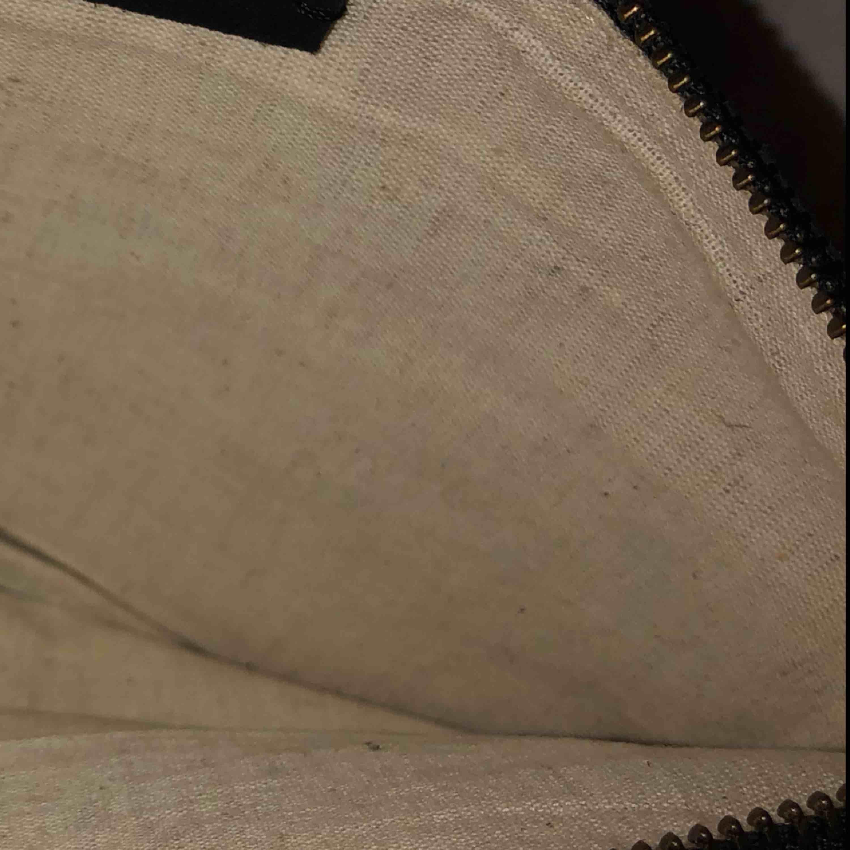 Super fin clutch i mocka använd en gång. Innertyg i linne. Tidlös och klassisk🌟💫👛. Accessoarer.