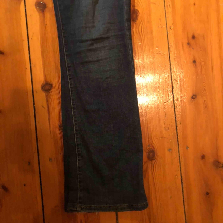 Skitsnygga bootcut jeans från Levis. Köpta för närmare 1000 kr detta år. Är 170 och de sitter bra på mig men skulle även passa någon som var lite kortare. Kontaktaaa🧚🏼♀️🤩. Jeans & Byxor.