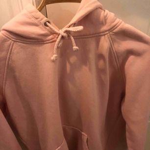 Rosa jättesöt hoodie från bikbok. Nästan helt ny🤩 Jätteskön och passar allt mellan S-L pga hur man vill ha passformen, kontakta vid intresse💓💓