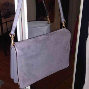 Jättefin ljusblå mocka väska köpt i augusti för 300 men har aldrig kommit till användning. Kontakta vid intresse🧚🏼♀️🧚🏼♀️💓