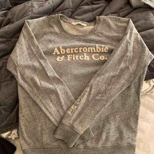 Sweatshirt från Abercrombie & Fitch, knappt aldrig använd! Jätteskön & mysig, men kommer inte till användning! Frakt tillkommer
