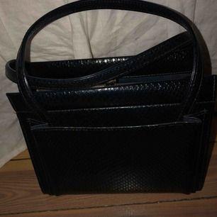 Super fin och rymlig väska i mörkblå/svart mönster.🌼🌸