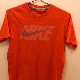 Orange nike T-shirt Storlek L, skulle dock säga att den är runt M Bra skick Säljer pga för liten