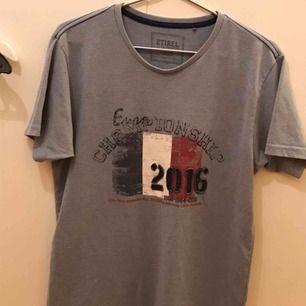 Ljusblå T-shirt  Köpt i samband med EM 2016 Bra skick Sällan använt Stor S