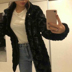 Säljer nu min fina fakepäls jacka från Vero Moda. Nypris ca 500 kronor, knappt använd! Fraktar över hela landet, swish🌟Skriv för mer bilder och info🙃⭐️💛