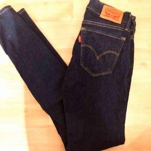 Ett par jeans från Levis. Köpta i fel storlek och därför endast använda fåtal gånger. Kan mötas i Stockholm annars tillkommer frakt!