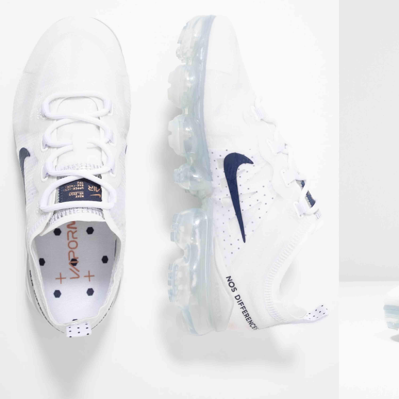 Säljer mina sjukt populära vapormax då jag inte tycker min stil passar till dessa! Haft dem i ca 2 månader men endast använda 7 ggr ca! Inga fläckar eller så! Skickar såklart nya bilder på mina skor vid intresse. Kan sänka vid snabb affär:). Skor.
