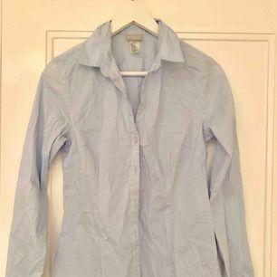 Blå skjorta i storlek 38