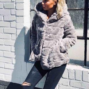 En mysig och varm grå pälsjacka från Tessie. Använd ett fåtal gånger men i väldigt fint skick. Finns en stor mysig luva och passar bra till vintern. Kan mötas upp i Borås eller frakta men då står köparen för frakten.