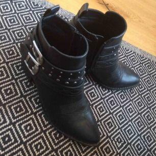 Knappt använda då dem inte passar min fot riktigt. Supersnygga o sköna då dem inte är höga. Köparen står för frakt!