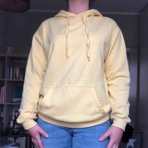 Gul hoodie från Cubus i storlek S. Färgen varierar på bilderna på grund av ljussättningen.