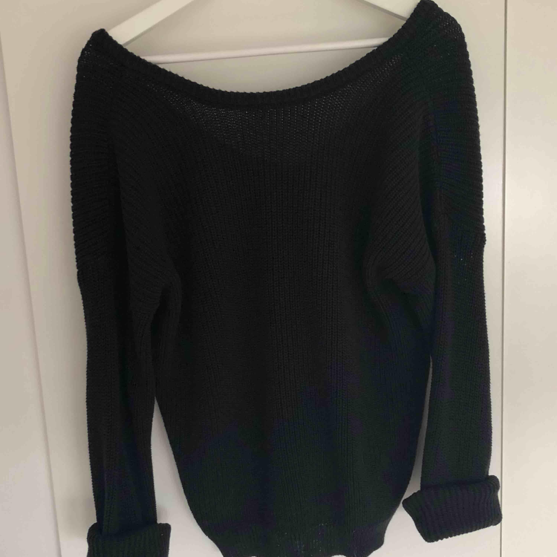 Snygg svart basic tröja från NAKD, använd ca 5 gånger så i gott skick!!🥰 djup i ryggen. Stickat.