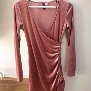 Sammet klänning från H&M- Diveded. Köptes i Januari och har bara använts en gång så är i väldigt bra skick fortfarande.