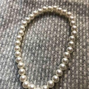 Super fint pärlhalsband! Passar till allt🌟 (inte äkta pärlor)