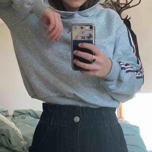Cool hoodie från H&m, har varit mitt favoritplagg ett bra tag men är tyvärr blivit lite för liten :(  tryck både fram och bak (se sista bilden). OBS! Den ser lite grön ut på bilderna, det är den inte i verkligheten