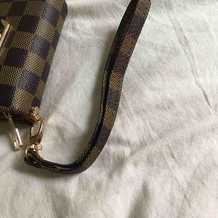 Louis Vuitton fake nyckelring. Använd minst 2 ggr.  Kan användas på Louis Vuitton plånboken eller necessären🥰 (FAKE)