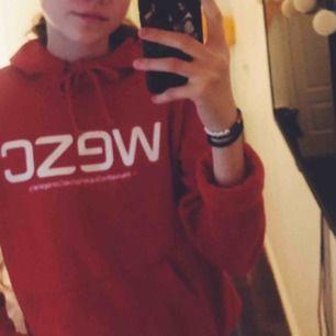 Röd WESC hoodie i nyskick!  Supermysig och svinsnygg 😍 200kr inklusive frakt! ❤️