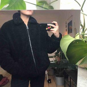 Teddyjacka/Vinterjacka från Urban Outfitters. Använd men i väldigt bra skick! Den är storlek xs men den är rätt stor och oversize så passar upp till M/L skulle jag säga.