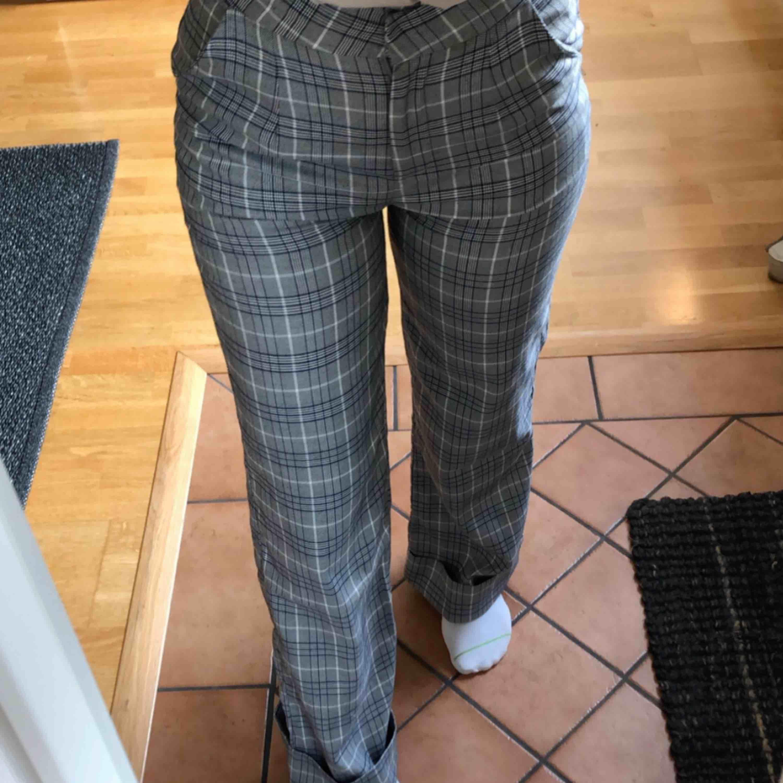 Rutiga vida byxor i storlek S, ops finns ett litet hål på bakbenet! Högsta bud: 320kr. Jeans & Byxor.