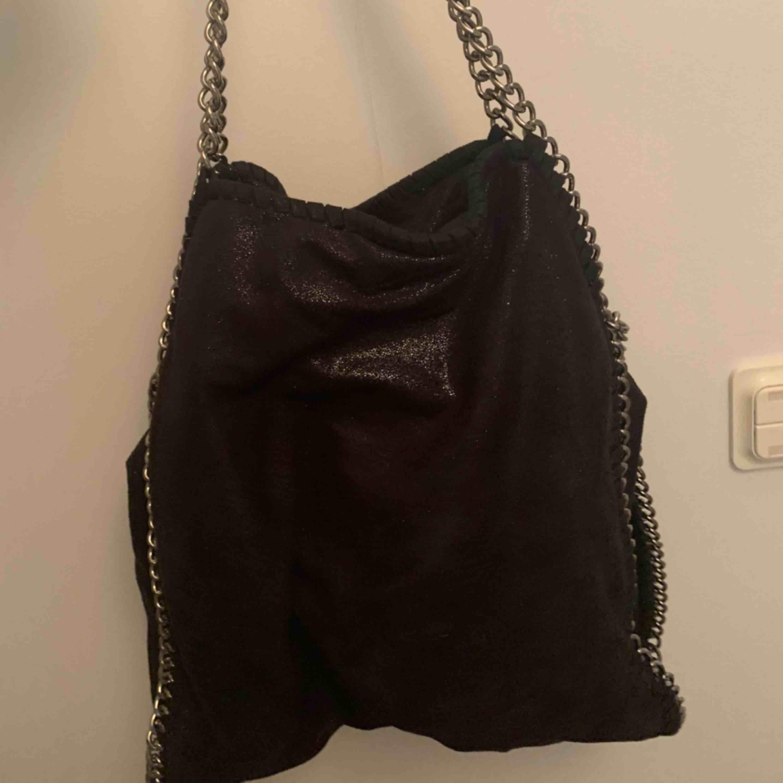 Väska köpt på tessie för två år sedan. Använd fåtal gånger, mest hängt i garderoben. Nyskick! . Väskor.