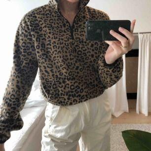 Leopard zip tröja i fleece från Bershka. Passar Xs-S