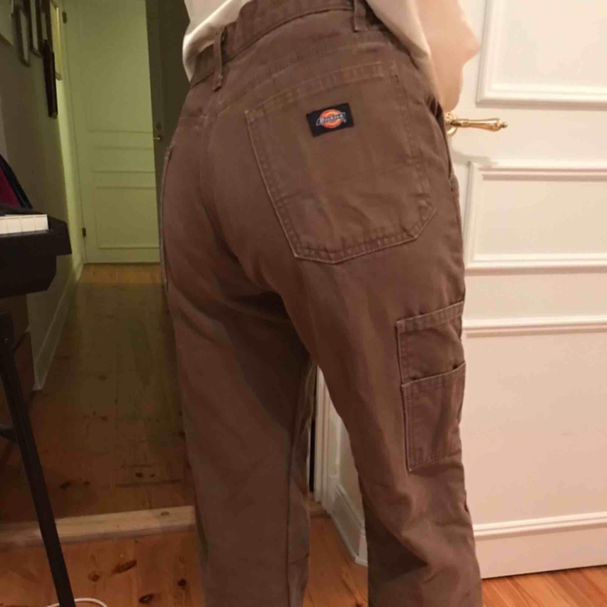 Jättesnygga bruna Dickies brallor från Beyond retro i snickarmodell. Aldrig använda pga av lite förstora för mig. De ser lite slitna ut men det är så modellen ska vara.. Jeans & Byxor.