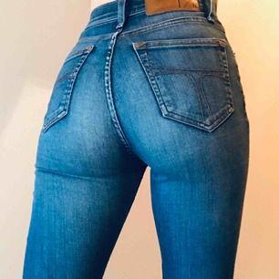 Jeans från Tiger of Sweden i modellen Kelly💙 Storleken är 25/32 med Innerbenslängd 80 cm. Använda men fortfarande fina. Frakt 54kr💌