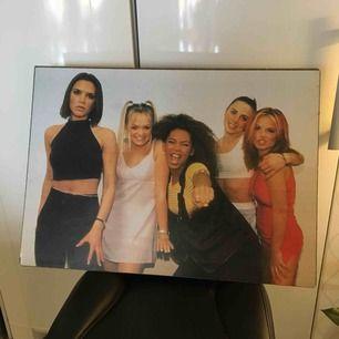 Spice girls tavla i använt skick(se bild 2)💖 mått ca 70x50 cm och materialet är trä, kan lätt piffas upp med en ram eller liknande🌸 frakt tillkommer, är prutbar