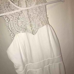 Säljer min vita fina klänning från nelly.com, använd en gång så fint skick. Passar perfekt till skolavslutnin eller student! Storlek 36 Nypris var ca 500-600kr Säljer för 300kr el bud Kan skickas mot fraktkostnad.